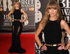 Taylor Swift arrasou com vestido longo pretinho da grife Elie Saab. A peça tem transparências nas mangas e na saia, que funcionou como fendas. Para completar, cintinho dourado metálico.