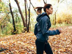Laufen soll weitaus ergiebiger als ein Training im Fitnessstudio sein. Ist es also angebracht, unser Abo zu kündigen – und den Sport in die Natur zu verlagern?