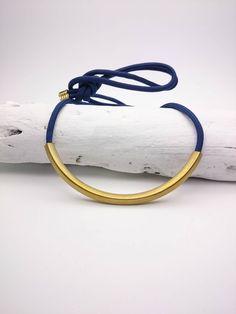 Collier long bleu foncé et doré en corde nylon et pendentif tube courbé en laiton brut doré//Collier tissu bleu et laiton//Collier tube bleu by ArtyAri on Etsy