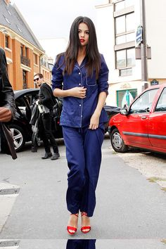 LUXE Models explains how to rock the pyjama trend like Selena Gomez, who has become something of a pro! Heels Outfits, Casual Outfits, Selena Gomez Photos, Lifestyle Articles, Pajama Outfits, Hollywood Celebrities, American, Celebrity Style, Mom Jeans