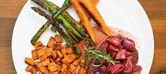 Zutaten: 500 g Schalotten; Olivenöl; 0,5 l Portwein; 125 g Butter; 1 Bund(kleine); Karotten mit Grün; 1 Bundgrüner Spargel; 1,5 kg Süßkartoffeln; 5 Rosmarinzweige; 4 Steaks vom Rinderlungenbraten (ca. 2,5 cm dick)  10 Blätterfrische Zitronenmelisse; Salz, Pfeffer, Zucker! Mehr dazu auf der ADEG Website! Steaks, Coq Au Vin, Sugar, Carrots, Port Wine, Lemon Balm, Sweet Potato Recipes, Beef Steaks, Steak