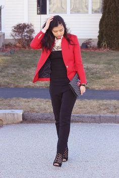 Associer un blazer rouge avec une combinaison pantalon noire est une option confortable pour faire des courses en ville. Transforme-toi en bête de mode et fais d'une paire de des bottines en daim découpées noires ton choix de souliers.