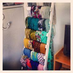una escalera vieja y algo de espacio para las bufandas