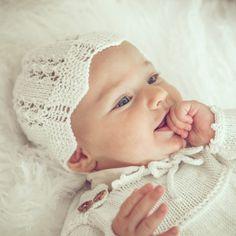 Baby bonnet STELLA handknitted of merino wool VAN BEREN Outfit For Christening, Lace Collar, Lace Knitting, Knit Patterns, Knit Dress, Babys, Merino Wool, Knits, Vintage Fashion