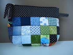 by Raquel Patch: Necessaire/Pouch Zipper Bags, Zipper Pouch, Chicken Crafts, Small Cosmetic Bags, Diy Purse, Patchwork Bags, Denim Bag, Sewing Projects, Applique