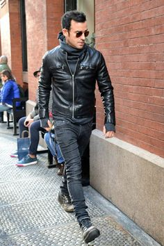 Justin Theroux wearing Dark Brown Sunglasses, Charcoal Hoodie, Black Leather Bomber Jacket, Charcoal Skinny Jeans, and Charcoal Leather Boots Skinny Jeans Stiefel, Skinny Jeans With Boots, Fashion Moda, Look Fashion, Mens Fashion, Street Fashion, Fashion Trends, Mode Masculine, Leather Fashion