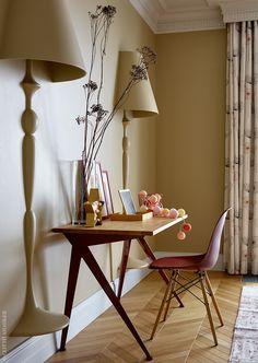 Фрагмент комнаты дочери. Встроенный свет, Flos Architectura. Стол и стулья, Vitra.