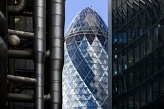 30 St Mary Axe, better known by its nickname The Gherkin, is one of the most eye-catching buildings in London. Biomimicry Architecture, Innovative Architecture, Beautiful Architecture, Architecture Details, 30 St Mary Axe, Foster Partners, London Landmarks, Norman Foster, Open Window