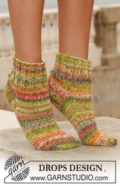 Kurze DROPS Socken in Fabel mit 2 Fäden gestrickt.  Kostenlose Anleitungen von DROPS Design.