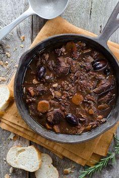 So ein Rindereintopf ist schon was feines. Man kann ihn einen Tag vor dem Fest zubereiten und er schmeckt dann aufgewärmt sogar noch besser. Ein wirklich köstlicher Schmaus für deine Party oder Familienfeier.