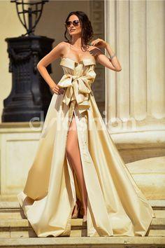 Rochie Diamond Bej Auriu De Lux De Seara la pretul de 675.00 Lei din Colectia Rochii de seara lungi ieftine. Croiul deosebit si materialul pretios te transpun in a fi regina balului. Deosebeste-te la un eveniment cu aceasta rochie de gala din tafta de culoare bej auriu. Decolteul este atragator si croiul deo