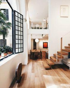 Fenêtres, absence de porte, hauteurs sous plafond, garde-corps en verre... Cette maison joue sur les ouvertures pour un espace lumineux et agréable
