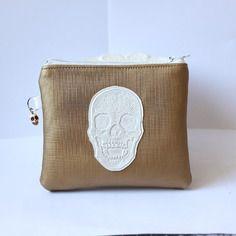 Porte-monnaie doré avec têtes de mort blanches et intérieur avec feuillage en or