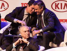 """Embora tenha sido um dos políticos mais citados nas delações da Lava QJato, o senador Aécio Neves confraternizou, na noite de ontem, com o juiz Sergio Moro; Aécio já foi apontado como responsável por um mensalão em Furnas, como beneficiário de esquemas no Banco Rural e como """"o mais chato"""" cobrador de propinas de uma empreiteira; a foto despertou reações indignadas na esquerda; """"Do que riem tanto o 'justiceiro' alçado a 'herói nacional' e o candidato derrotado em 2014 - e recordista em…"""