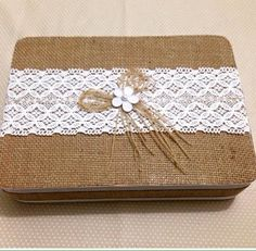 Caixa em MDF, tamanho a definir, coberta com juta e renda de algodão, pode vir o kit completo ou somente a caixa. Detalhes extras podem ser acrescentados pelo cliente, mediante combinação prévia.
