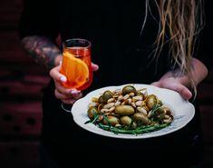 Grillatut oliivit = mun kesähitti! Grillatut oliivit maistuvat erityisen ihanille liemessä, joka saa inspiraationsa klassikkojuoma Venetian Spritzistä.