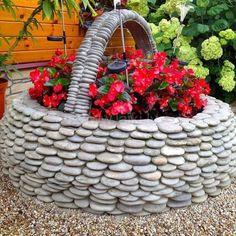 Клумбы из камешков. Идеи для двора или дачи