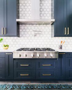 "507 Likes, 5 Comments - Pretty Little Interiors (@pretty.little.interiors) on Instagram: ""Hello perfect navy kitchen of my dreams 💙(via @mydomaine)  #dreamkitchen  #decorideas #homedesign…"""