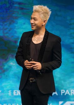 """@Realtaeyang he'll be showing new concert clothes @ #whitenightinmacau show #taeyanginmacau 😱😱😍😍😍😍"""