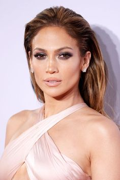 We've collated our favourite red carpet looks from Amas - Jennifer Lopez. Sleek Hairstyles, Celebrity Hairstyles, Wedding Hairstyles, Red Carpet Hairstyles, Wet Look Hair, Hair Looks, Maquillage Smoky Eye, Jennifer Lopez Makeup, Jlo Glow