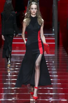 See all the Collection photos from Versace Autumn/Winter 2015 Ready-To-Wear now on British Vogue Look Fashion, High Fashion, Fashion Show, Autumn Fashion, Fashion Design, Donatella Versace, Versace Fashion, Runway Fashion, Milan Fashion