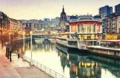 Tour turístico de 4 días para conocer Bilbao y sus alrededores. ¿Qué ver en 4 días en Bilbao? No te pierdas nuestras recomendaciones.  💌 #Bilbao ➡️ Bilbao en 4 días #viajar #viajes #turismo #travel Basque Country, Spain, Travel, Suspension Bridge, Metro Station, Airports, Parking Lot, Viajes, Sevilla Spain