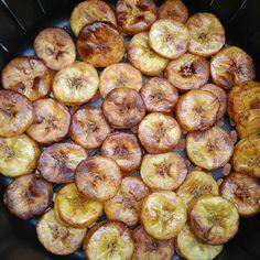 Bananinhas da terra na Airfryer 😃 que delicioso gente 😍 . Uso bananas mais pra maduras, pincelo azeite, ponho na Airfryer pré aquecida a… Bananas, Air Fryer Recipes, Fries, Low Carb, Sweets, Meals, Vegetables, Cooking, Ethnic Recipes