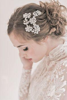 Tóc cài hoa kim loại quý phái | VOW Wedding