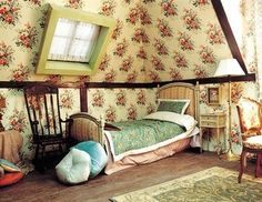 perfect for a country house (love the floral wallpaper that would be too romantic for a city apartment, but is always great for a country house)