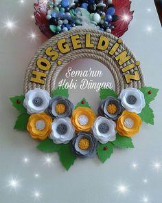 Sema'nın Hobi Dünyası Keçe Halat Kapı Süsü Vine Wreath, Wreaths, Art N Craft, Create And Craft, Tattos, Paper Flowers, Elsa, Wall, Crafts