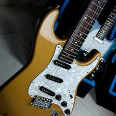 O modelo ST CUSTOM oferece toda a versatilidade e timbre do modelo ST CLASSIC mas com um visual único do top em flame maple selecionado. Além da beleza, esse acabamento proporciona mais brilho e ainda mais harmônicos.