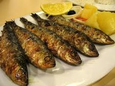 Grilled sardines on the barbecue - BBQ heroes- Grilled sardines or sardines are easy to make go perfectly on the barbecue and very tasty. Try this recipe and be convinced. Sardines Fish Recipe, How To Eat Sardines, Grilled Sardines, Fried Fish Recipes, Seafood Recipes, Grilling Recipes, Cooking Recipes, Portuguese Recipes, Portuguese Food