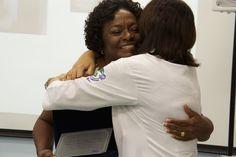 Dra. Silvana Jacarandá, entrega a placa de homenagem à Pediatra do Hospital de Base, Dra. Maria da Graça Akuamoa.