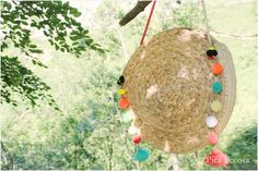 Pica Pecosa: Haz el bolso del verano DIY con dos manteles individuales reciclados de Ikea Basket Bag, Artisanal, Wicker Baskets, Christmas Bulbs, Sweet Home, Crochet Patterns, Holiday Decor, Blog, Crafts