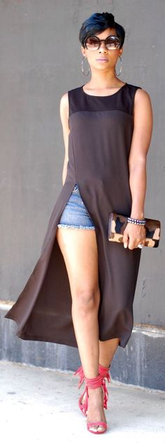sokak stili. lan short güzerl de üst bele kadar güzel de gerisi ne la. Black Split Tunic
