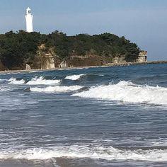 【kana_love_b】さんのInstagramをピンしています。 《・ ・ ・ 秋の海〜💙 白い灯台のある日立の海岸♡ 名前なんだっけ??w.w. 調べてみよ〜😊💨 ・ ・ ・ ・ #秋の海 #海#波 #白い灯台 #久慈浜海水浴場 #日立の海 #波打ち際 #潮風 #drive #sea#wave #hitach #lighthouse #whitelighthouse  #autumnsea》