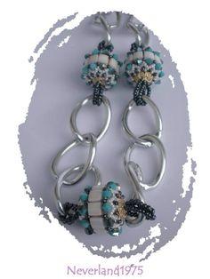 Collana in alluminio con perle in tessitura