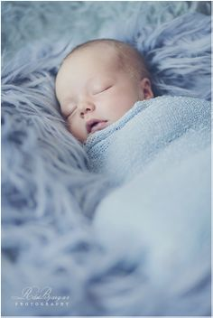 A sheepskin and a blanket - that's all you need for adorable pictures of your baby. Photoshoot, Newborn shooting ideas, a dream in light blue, baby pictures, babys taking pictures. Foto Newborn, Newborn Shoot, Newborn Outfits, Newborn Baby Photography, Children Photography, Photography Ideas, Photography Outfits, City Photography, Newborn Pictures