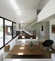 전원주택은 도심의 주택보다 외부로 열린 공간을 계획하여 같이 호흡하도록 만드는 것이 중요하다. 특히 주변에 파 골프코스와 인접해 있다면 아름다운 뷰를 감상하고 즐길수 있도록 공용공간의 배치를 신중히 고려해야 한다. 여기 보이는 벽돌하우스는 수직의 공간구성보다 수평적공간 분할을 하여 효율적인 공간활용을 보여준다. 보이는 외형 또한 L자 형태의 저층부와 상층부를 분리하여 그 특징을 잘 나타내어준다. 저층부..