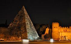 Monumenti Di Roma – La Piramide Cestia  Roma, la capitale d'Italia, è naturalmente ricca di storia, caratterizzata dall'antica architettura romana e dalle rovine sparse un po' in tutta la città eterna. Poco a sud del centro storico però, vicino al quartiere Testaccio, si trova anche un antica piramide in stile egizio. La piramide risale al 12 aC ed è stata costruita come tomba per Gaio Cestio.  http://www.romaterminisuites.com/news/piramidecestia_it.html