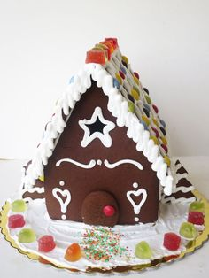 Μπορεί να έχει ακόμη σχεδόν καλοκαίρι έξω, αλλά πολλοί από εμάς έχουν στολίσει και γενικά είναι σε Χριστουγεννιάτικο mood. Ακόμη όμως και ανήκετε σε όσους δυσκολεύονται να μπουνστο κλίμα, σας εγγυ... Cooking Tips, Cooking Recipes, Gingerbread Houses, Christmas Ornaments, Junk Food, Cake, Desserts, Tailgate Desserts, Deserts