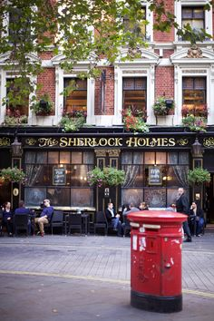 ✨ LONDON : Sherlock Holmes Pub near Charing Cross station. There's an English pub on the ground floor and an upstairs restaurant, a small roof garden, and a replica of Sherlock Holmes's study. London Cafe, London Pubs, London Street, London Restaurants, London Food, London Underground, Oh The Places You'll Go, Places To Travel, Voyage Europe