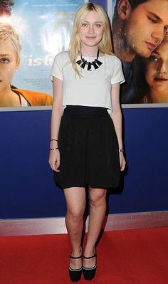 Sempre arrasando na moda, Dakota Fanning deixa o look preto e branco mais fashion com o maxicolar!   Dakota Fanning - Look do dia - Setembro de 2012 - CAPRICHO