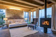 Ferienhaus Steiermark mit Pool und Sauna Industrial Farmhouse Decor, Stove Fireplace, Outdoor Furniture Sets, Outdoor Decor, Bookshelves, Bungalow, Patio, Sauna, Home Decor