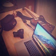 Got all the tools I need // ready to go #creativity #somethingfromnothing #letsmakeithappen #americanamusic #ljudbanken #applemacbookpro #macbookpro #highsierra #canoncamera #canoncameras #fisheyelens #gibsonguitars #gibsons #gibsonfirebird #firebirdstudio #