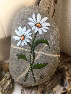 Coloring for adults-kleuren voor volwassenen Pebble Painting, Tole Painting, Pebble Art, Stone Crafts, Rock Crafts, Arts And Crafts, Pebble Stone, Stone Art, Daisies
