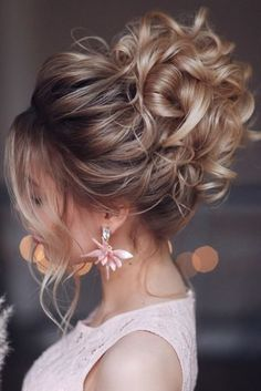 Refined collections, hairstyles with twist and mix of different braids, glamorous red carpet looks or more casual, let's discover together all the trendiest spring summer 2020 hairstyles! Bridal Hair Updo, Wedding Hair And Makeup, Hair Makeup, Wedding Hair Pins, Headpiece Wedding, Makeup Eyes, Wedding Jewelry, Wedding Rings, Messy Hairstyles