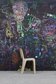 Allez les enfants, on se fait un mur ... | un mur noir d'expression libre dans le parc de la Poterne pdt festival Black and Basque. Pour petits et grands autour du peintre Gonzalo Etxebarria.