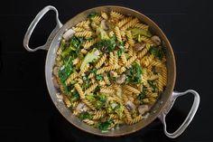 One Pot Nudeln – Champignons, Brokkoli und Spinat / 15 Minuten Rezept