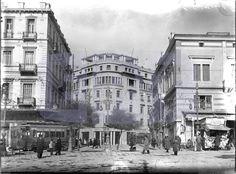 Σύνταγμα - στο βάθος το κτίριο του μετοχικού ταμείου στρατού - πριν υπήρχαν στο σημείο αυτό οι στάβλοι του βασιλιά Old Pictures, Old Photos, Vintage Photos, Bauhaus, Old Greek, Good Old Times, Athens Greece, Public Transport, Historical Photos
